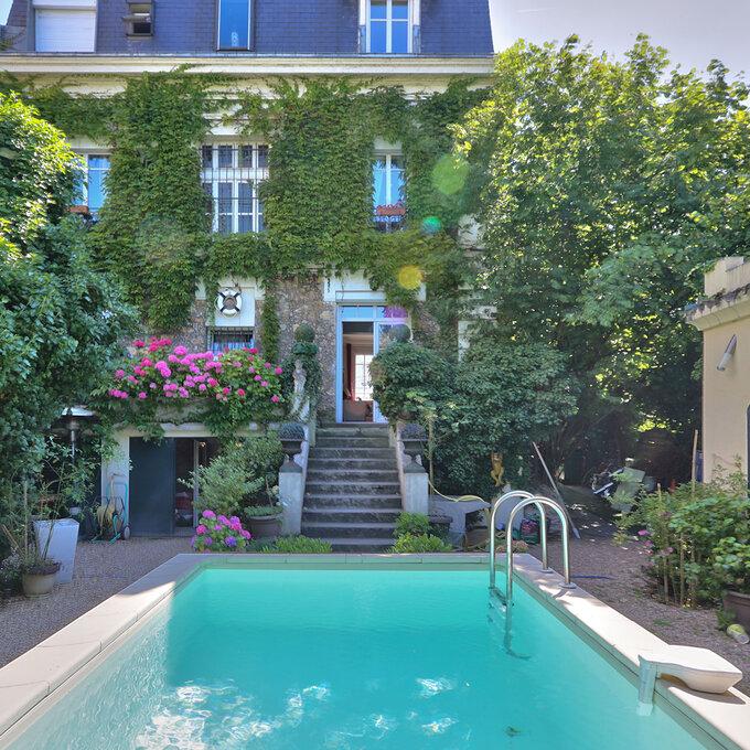 Les pieds dans l'eau avec la Maison avec piscine d'Anne